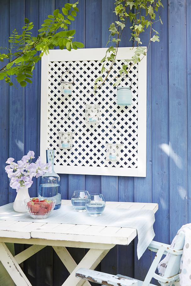 A simple lattice screen door can be transformed into a flower pot or lantern holder with tesa Powerbond® OUTDOOR and a little bit of imagination.