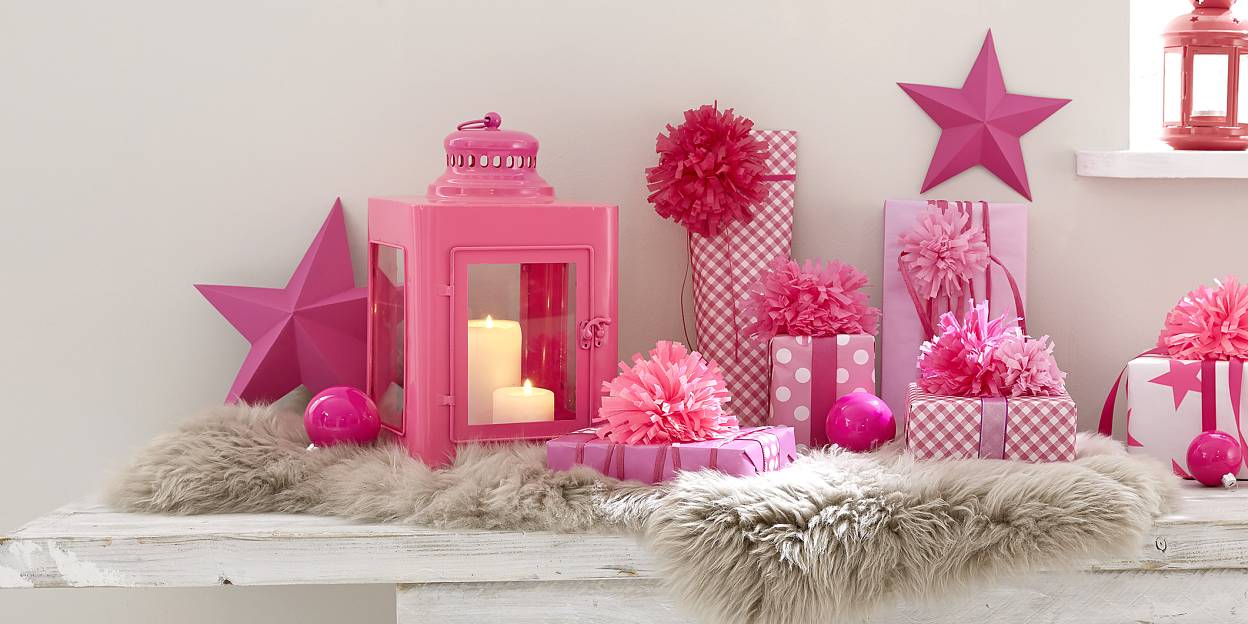 If for Christmas you wish to give rosy times to your loved ones, wrap the gifts in pink-white paper and decorated them with magnificent pompoms!