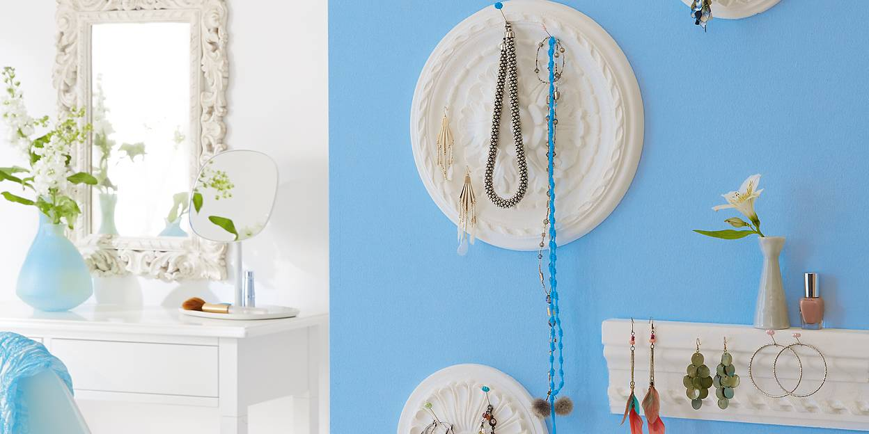 With these stucco rosettes, you can show off your favorite jewellry as part of a beautiful display. And for earrings or small pots, you can complement the effect with a stucco bars, used as a shelf, Use tesa Powerbond® INDOOR to keep everything in place.
