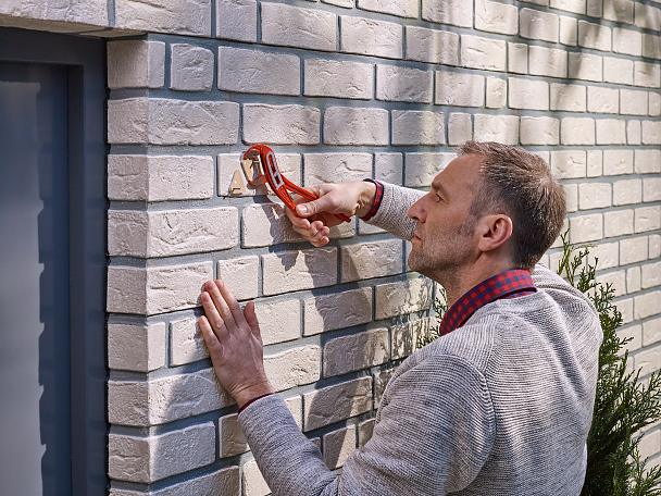 Removing a tesa® Adhesive Screw Triangular for Brick & Stone 5kg.