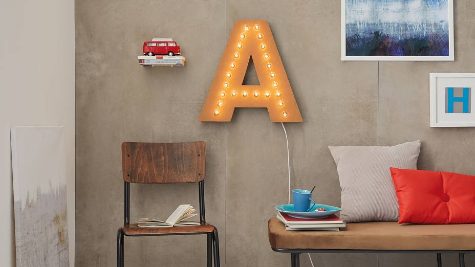 The light up letters made of corrugated cardboard are a shining example of unusual DIY ideas and simply look great. This home decor is easily mounted with adhesive screws – and without using a drill.