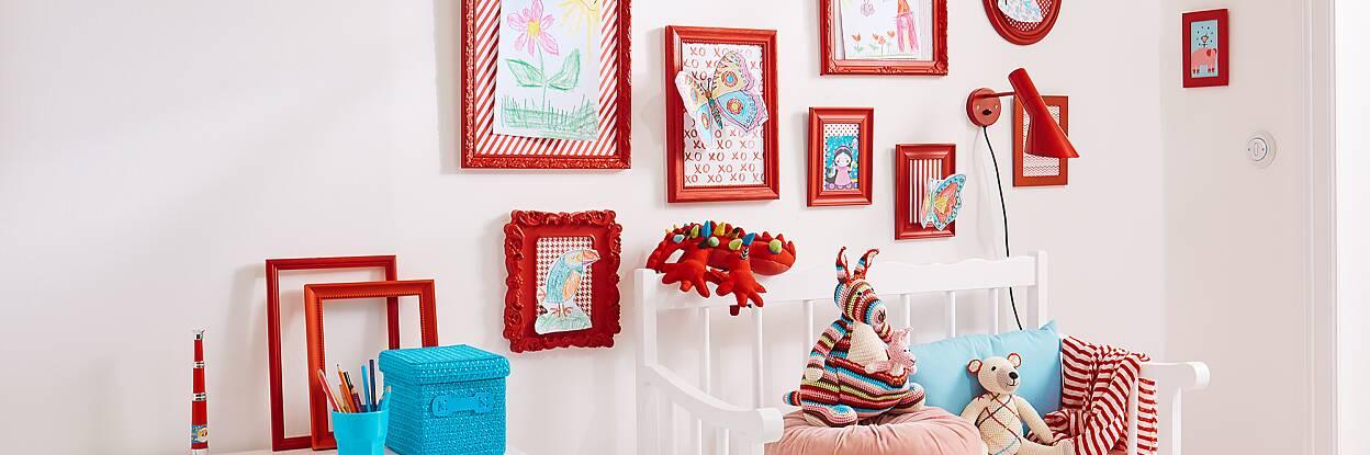 Hier zeigen wir Ihnen, wie Sie die Kunstwerke Ihrer Kinder mit einer selbst gemachten Bildergalerie würdigen.