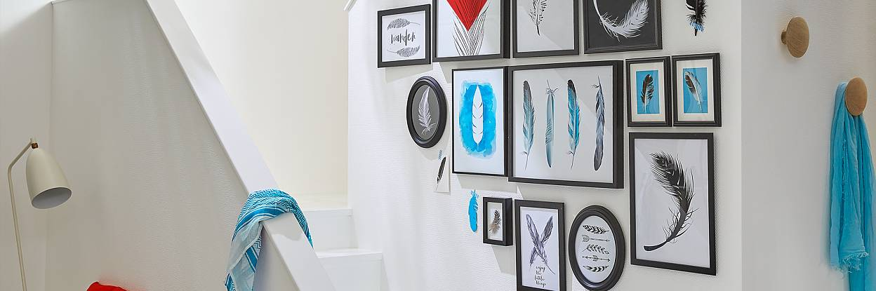 Werden Sie kreativ mit tesa! Eine Wandcollage ist in jedem Wohnbereich ein echter Hingucker.