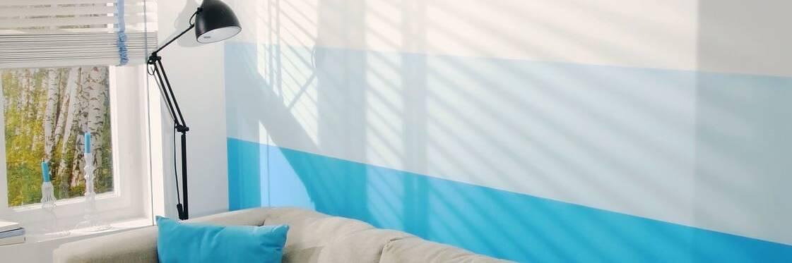 Innovative Wandgestaltung mit Farbverlauf aus 4 Blautönen, gestaltet mit tesa® Malerband