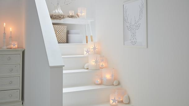This stairs decoration puts candles (safely!) in the limelight - and it looks beautiful. Especially when the DIY candle holders are decorated with paper stars. They are quickly and easily applied with the help of the new glue stamp, and thus have a great 3D effect.