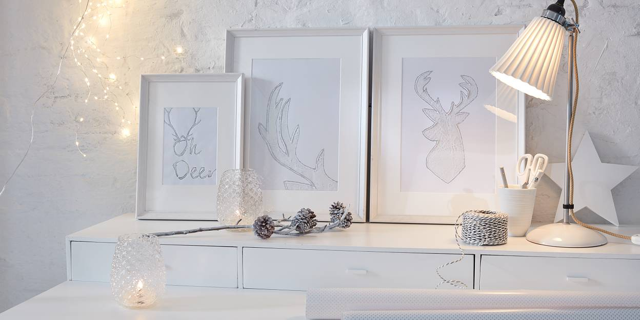Rudolph the red-nosed reindeer would certainly be delighted! Pictures from his family album are decorated with fine glitter - This deer decor looks beautifully festive and makes a real eye-catcher!
