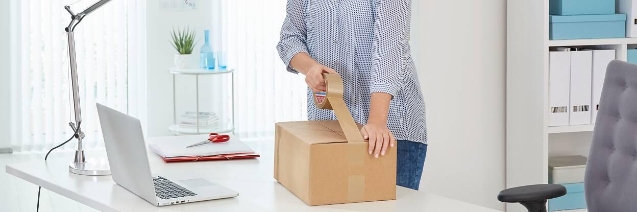 die Paketbänder verschließen Kartons zuverlässig