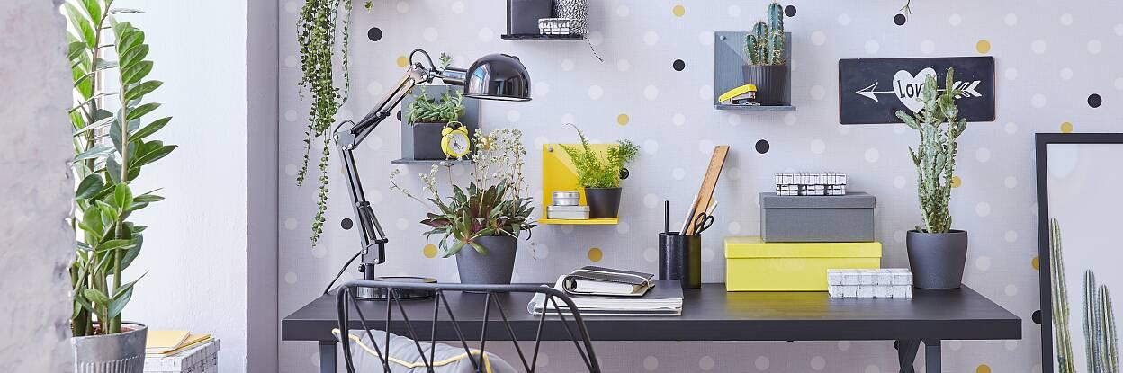 In Büros ist die Einrichtung oft grafisch-klar gehalten. Da ruhen sich die Augen zwischendurch gern mal auf einigen Grünpflanzen aus. Hier stehen sie auf selbst gemachten Ablagen, die mit tesa® Klebeschrauben aufgehängt werden. Wichtig: Sie lassen sich schnell und spurlos wieder von der Wand entfernen!