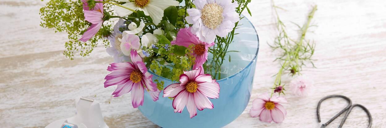 Jetzt können die Blumen in die Zwischenräume gesteckt werden und behalten ihre Position.