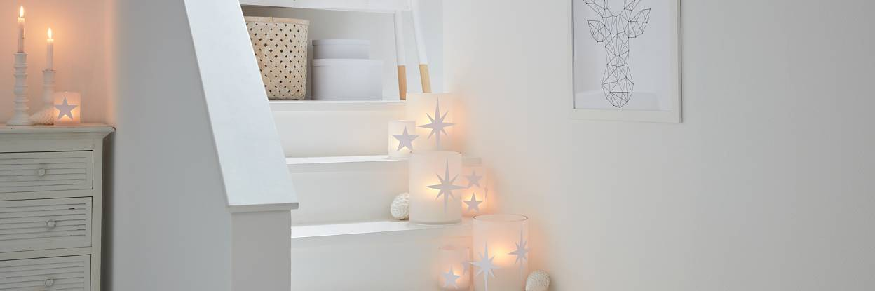This stairs decoration puts candles (safely!) in the limelight - and it looks beautiful. Especially when the DIY candle holders are decorated with paper stars.