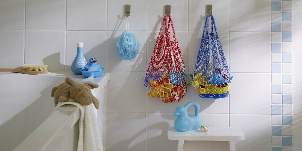 Everything that children need for a happy splash in the tub is safely stored in the shopping nets – and they dry in no time.