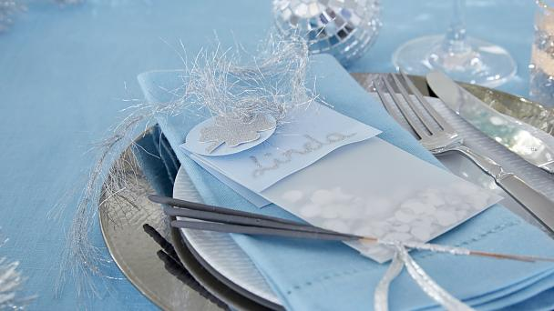 Place cards: Confetti for all guests! Once a year, we let paper snippets fly. They are packaged in small name tag sachets.