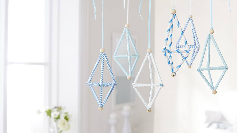 Home decor for baby rooms: The geometric mobile made from straws is fixed with the removable adhesive hooks Powerstrips® Transparent DECO Hook LARGE. Perfect for decorating ideas!