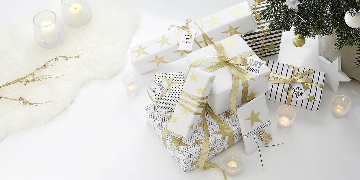 Striking gold prints with star stamps turn simple wrapping paper into something special. The stamps are easy to make and can be used for various purposes.