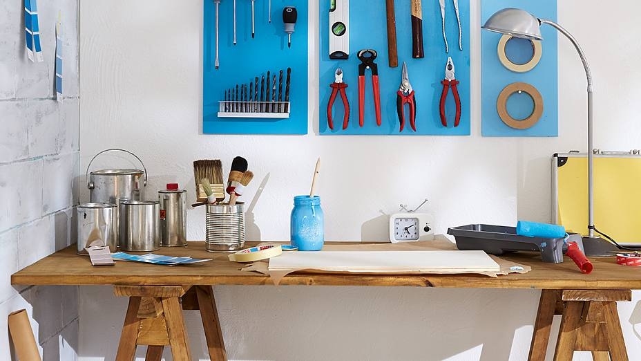 Do you waste all your DIY time looking for your tools? If so, this easy-to-make tool wall could be the answer. It's well organised and even looks good. Actually, almost too good for the basement or the hobby room...