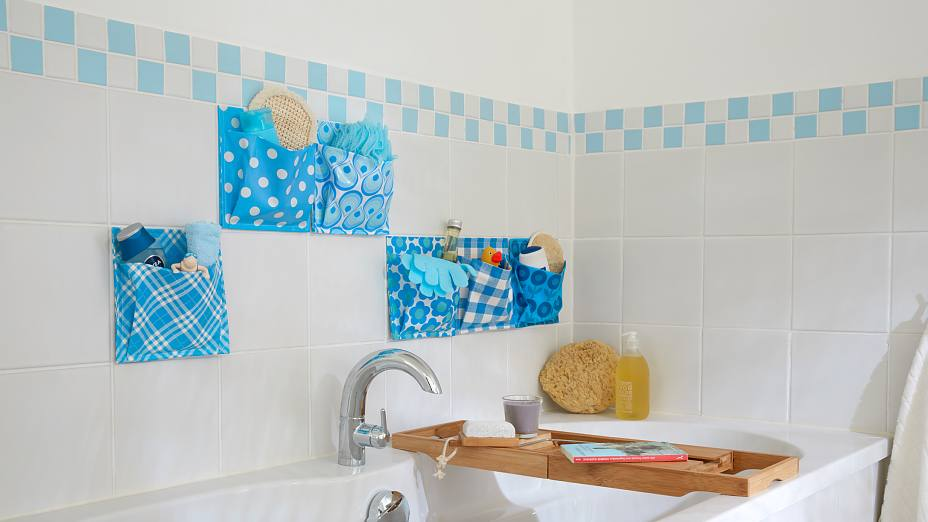Oilcloth catch-alls – everything in its place in the bath