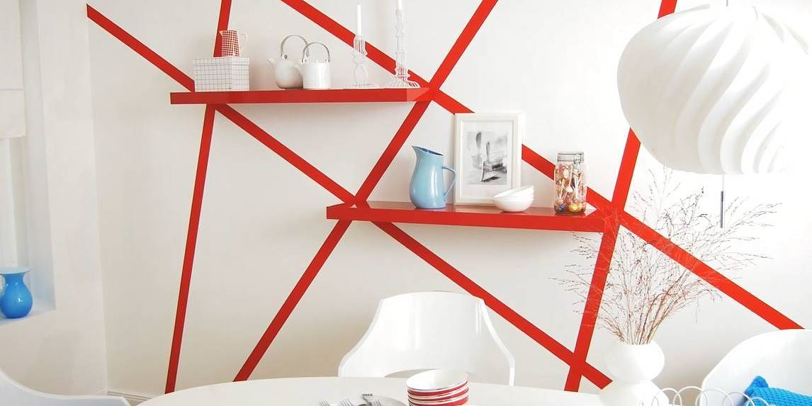 Red striped wall design with the help of tesa® masking tape. An innovative and unique wall design idea for your home.