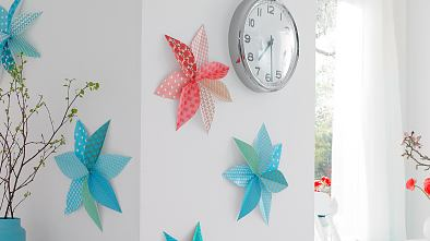 Forget wall tattoos - now your favorite paper designs can have their big moment: We'll mix them up, fold them into big flowers and hang them on the wall like pictures.