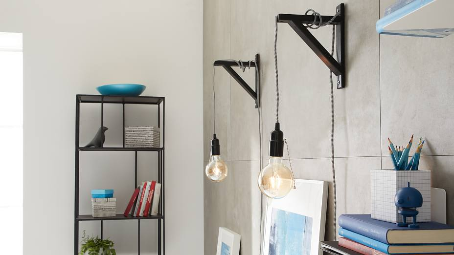 These decorative wall mounted lamps hang on simple wooden consoles. The eye-catcher: the nostalgic carbon filament LED bulbs. The wall light fixture is easily mounted to the wall with an adhesive screw – and without using a drill.