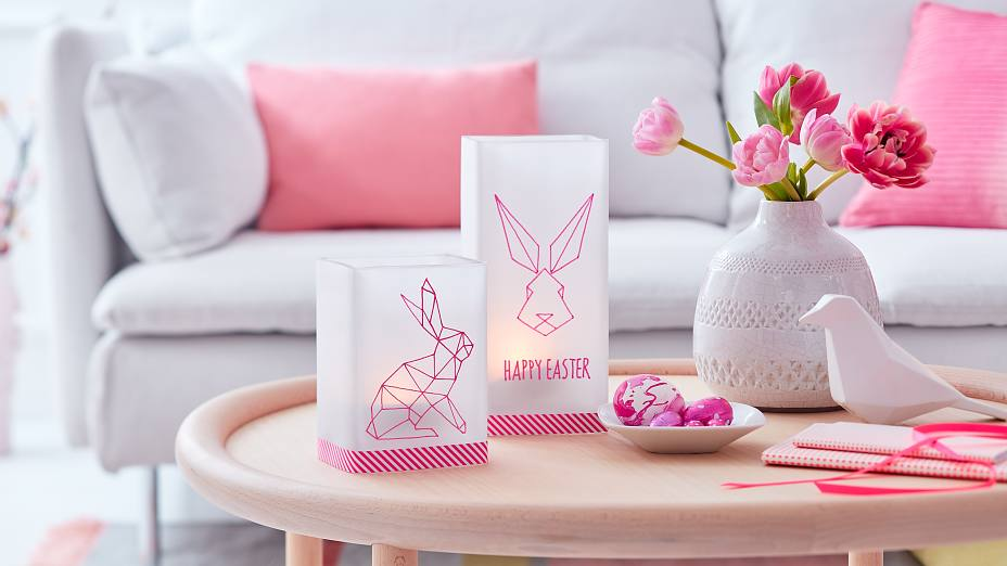 A truly timeless bunny decor: Create an Easter light decoration in trendy origami style. The neon pink bunny lanterns look great on the living room table.