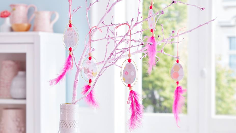 These Easter egg hangers remind us of dream catchers and look great on a simple twig - like in our Easter tree decoration -, as well as on a birch branch with soft green.