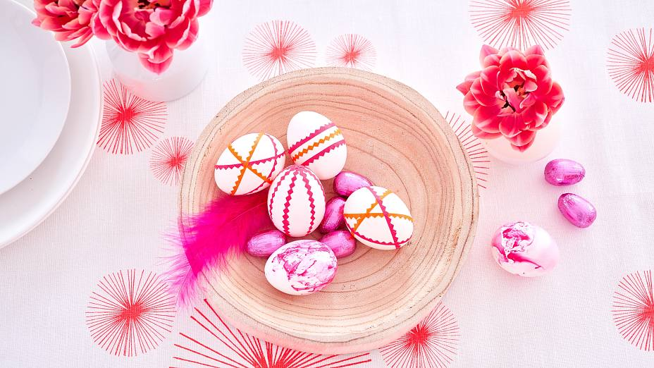Super easy egg decorating ideas: These DIY Easter eggs are simply decorated with neon tape that is cut with a pinking shear. For this egg design you may also use plastic eggs.