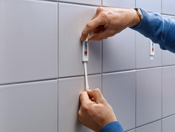 Removing tesa® Adjustable Adhesive Screws for Tiles & Metal 3kg.