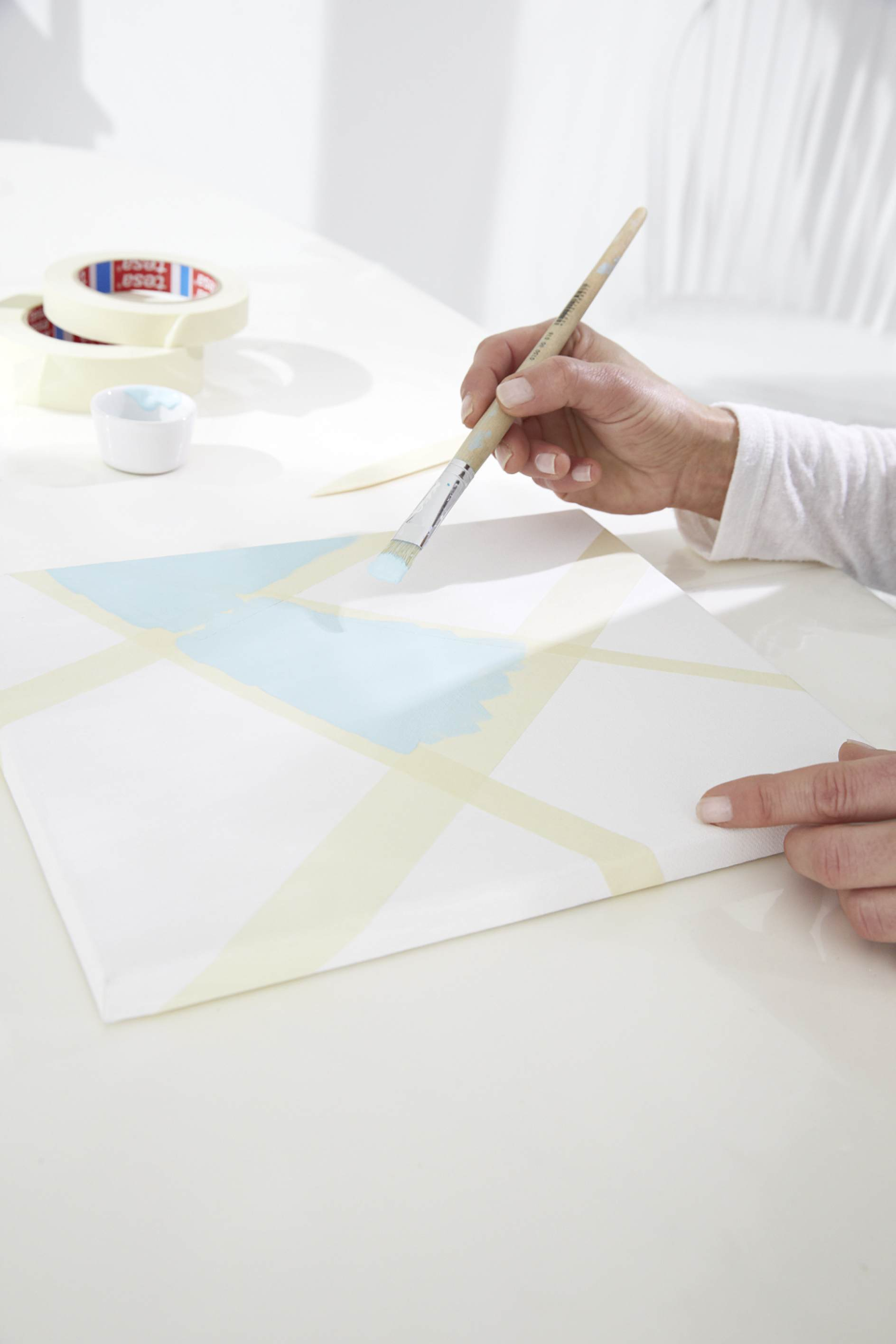 mit bildern in pastell tauchen sie die wohnung in ein buntes farbbad tesa. Black Bedroom Furniture Sets. Home Design Ideas
