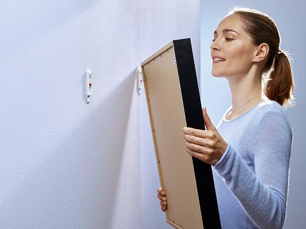 sicheres befestigen und aufh ngen mit tesa. Black Bedroom Furniture Sets. Home Design Ideas