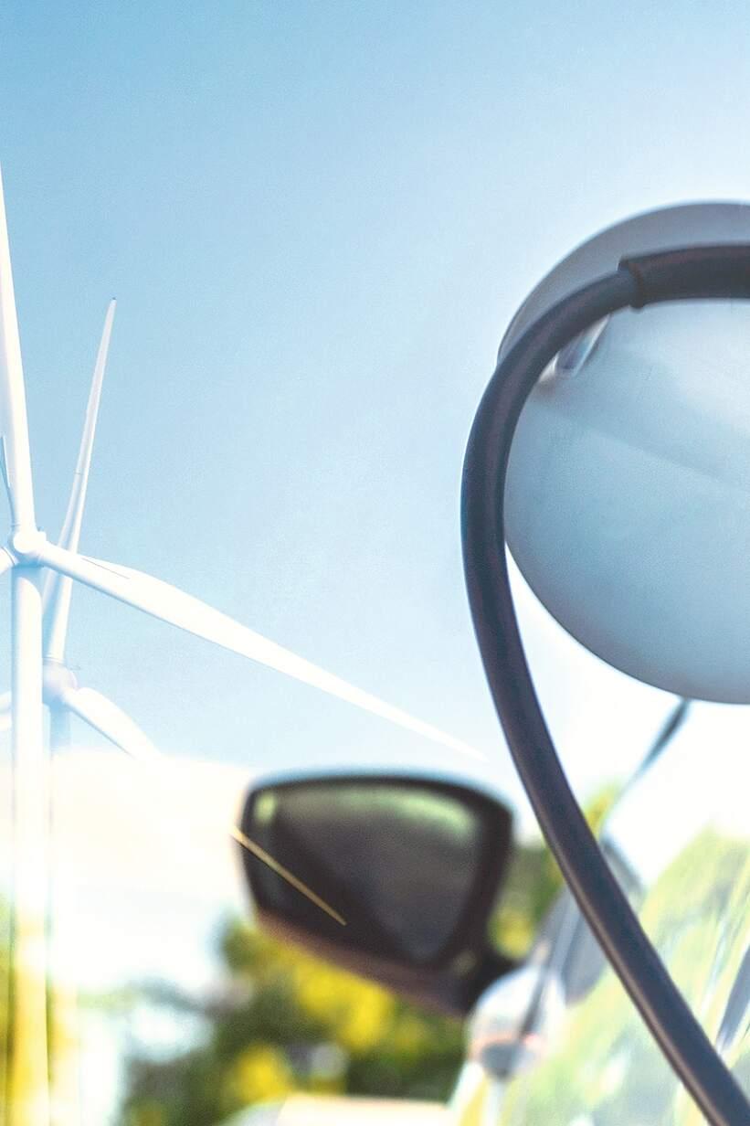 Elektrinio automobilio įkrovimas naudojant elektrą iš vėjo jėgainių