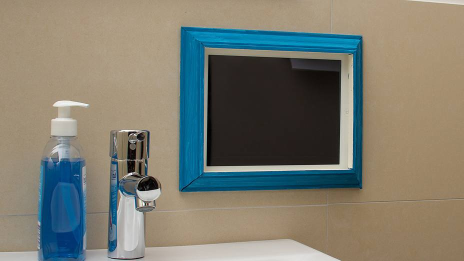 Tablet in the frame that was attached with the double-sided adhesive tape tesa Powerbond® MIRROR