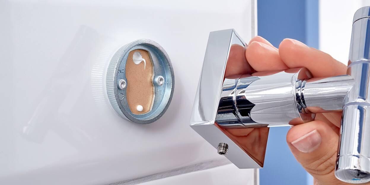 Solidnie zamontuj swoje przedmioty na ścianie bez dodatkowych narzędzi i otworów - wystarczy polegać na opatentowanej technologii tesa® Power.Kit.
