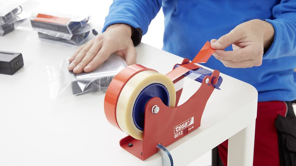 tesa-4204-colored-packing-tape-red-step2of3-ap